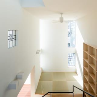 3階から階下を見る。吹抜け階段の上部にはトップライトを設置。空気を循環させるシーリングファンもある