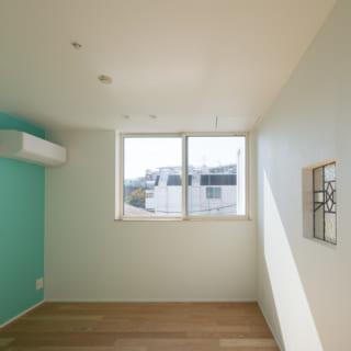 3階の子ども室。右の壁の中央に吹抜けに面したステンドグラスがあり、階下の気配がそれとなくわかる