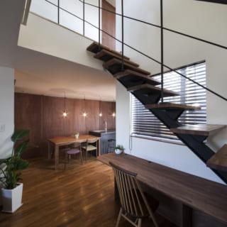 リビングに隣接する吹き抜けに軽快な階段を設けることで、家全体がつながるような断面計画とした。階段が家具と一体となっているところも面白い