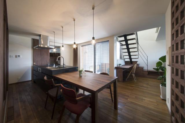 「キッチンを中心として家が見渡せるようにしたい」という奥様の希望を叶えたダイニングキッチンは、S邸の中心的な存在。料理をしながら坪庭の緑を眺めることもできる