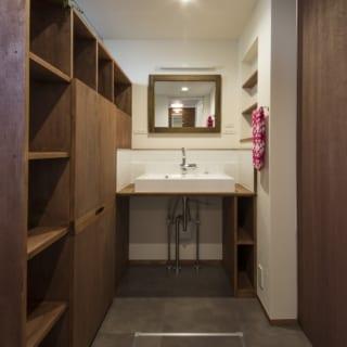 シンプルで使い勝手のいい洗面脱衣室。ここで着替えができるよう、個人の衣類収納スペースを確保した脱衣棚を造作した