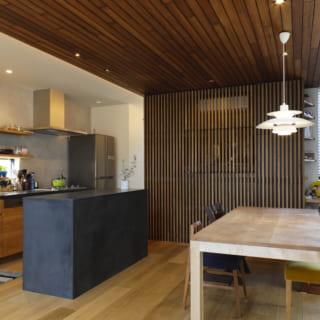 2階のキッチンとダイニングスペース。造作家具のシックな黒は、ご主人がこだわって決めた色だそう。木の質感ともうまく溶け込み、ナチュラルモダンな雰囲気を醸し出している