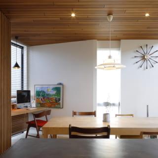 キッチンから見たLDK。木の天井と白い壁のコントラストが美しい