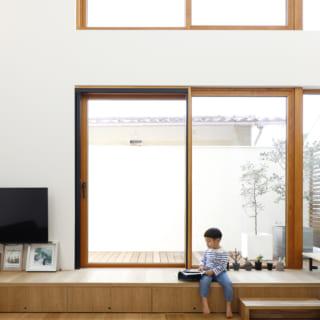 2階LDK。南に吹抜けを設定し、軒までフラットにつながる天井と、高さ目一杯の窓で開放感を出した。窓の下は収納付きの小上がりとなっており、直接テラスへと出ることができる
