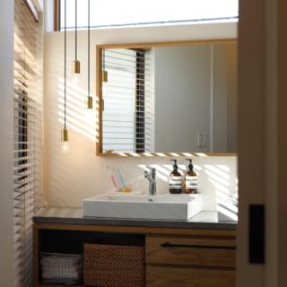 2階の洗面所。向かいの視線が気にならない位置に窓を設け、プライバシーに配慮しながら明るさを確保した