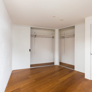 子どもスペースの奥にある夫婦の主寝室。不整形地部分のため形は少しいびつだが、収納スペースもしっかり確保している