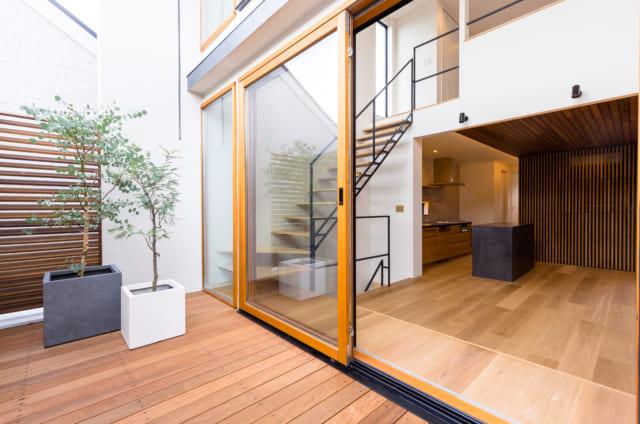 テラスから見た2階のLDK。テラスとリビングが一体化したような連続性のある空間となっている