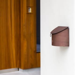 真鍮のポストや照明スイッチなどは、Sさんが自ら選んだもの。S邸のあちらこちらにSさんのこだわりが詰まっている