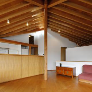 放射状に規則正しく並ぶ杉垂木が美しい天井。それをピーラー(年輪が密で見た目が美しいベイマツ材)の柱が支える。ここがこの家の中心であり、家族の中心ともなっている