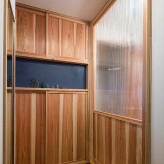 玄関を入ったところ。室内の熱損失を軽減するため、LDKなど居室との境にガラスをはめた引き戸を入れた
