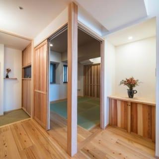 寝室として使用する和室の引き戸は2つ。このうち1つは引き込める。風通しがよく、LDKとの一体感もある