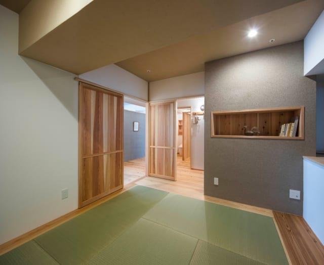 寝室はNさんのリクエストで和室に。天井は呉須で色付けした漆喰。グレーの壁は同じく呉須で色付けした土壁。グレーの壁には深めに掘ったニッチ棚があり、寝る前に読む本などを置ける