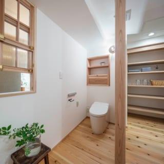 リノベーションでは将来を考えて全体をバリアフリーにしている。水まわりも、車いすでも使える広々した空間。中央の柱の部分は壁があり、壁の右側は浴室前の脱衣室。左のトイレスペースの窓の先はLDKで、水まわりにも光と風を入れることができる