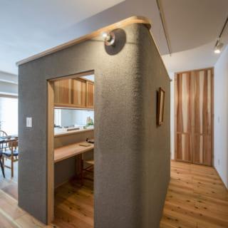 LDKの中心に位置する書斎。壁は呉須という焼き物の顔料で色付けした土壁。化学的な顔料とは一味違う温かみのある色合いが、天然の杉板と好相性