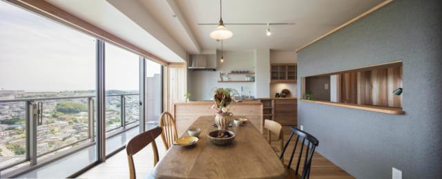 開放感あふれるダイニング。写真右が書斎、写真奥がキッチン。天井や白い壁は漆喰、床は徳島の杉板。藤田さんはマンションリノベーションの場合、遮音に関する規約をクリアするために遮音性能がデータ証明された置き床を杉板の下に入れ、施工も細やかに配慮する
