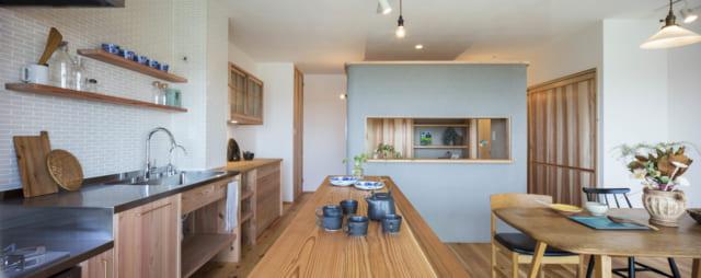 写真左、壁の国産タイルがかわいらしいキッチンには、食器などを多数もつNさんのためにたっぷりの収納を設けた。写真中央の書斎は左右どちらからも出入りでき、書斎~キッチン~ダイニング~寝室~水まわりまで回遊できる造りになっている