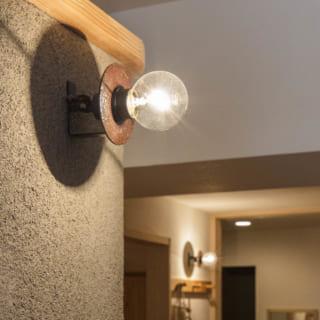 書斎の壁につけた照明は、藤田さんの知人の鉄作家さんの作品。明かりを灯すと光の中に丸い影ができ、美しい