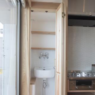 Nさんの要望で、キッチンの脇に土のついた野菜などを洗える水場をつくった。扉を閉めれば空間はすっきり