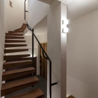 踊り場には小さなキューブ型の照明を壁付け。ダウンライトと異なり、壁にも天井にもほどよく光が広がる