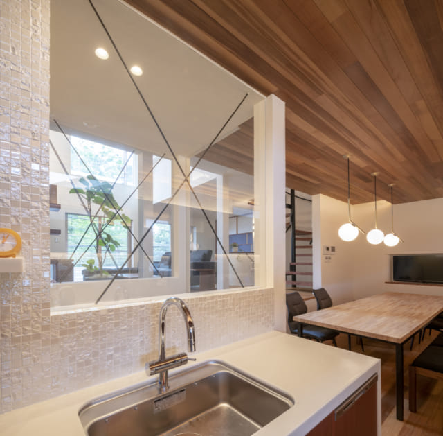 キッチンからの眺めは抜群の開放感。スキップフロアとハイサイドライトの効果で、上へ上へと視線がのびる
