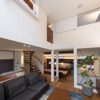吹抜けの2階リビングは3階の個室窓と面しており、家族の気配がそれとなくわかる
