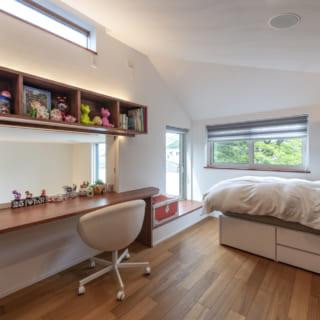 3階北側にある子ども室は、公園の緑が目の前に広がる心地よい空間。勉強用のカウンターは2階リビングを見下ろす窓に向かっており、家族とコミュニケーションが取りやすい