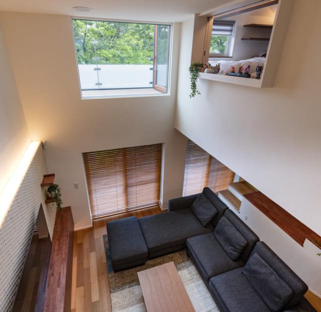 3階の奥さまの個室から見たリビング。写真右の窓は子ども室の窓。家族それぞれの居場所が適度な距離感でつながっている