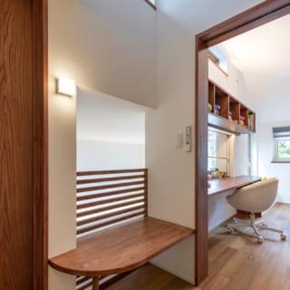 3階通路のベンチからも2階を見下ろせる。「個室以外にも2階とつながる場所を」という岡本さんの配慮だ