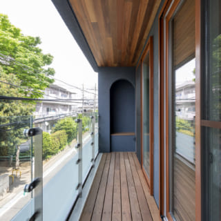 2階バルコニーの端には壁を彫り込んだベンチがある。日が落ちると、ベンチ上部の間接照明がバルコニー周辺をやさしく照らす