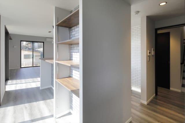 玄関手前から、リビングへ繋がる来客用動線、パントリー&キッチンへ繋がる動線、階段へ繋がるプライベート動線の3WAYで、より暮らしやすく設計された生活動線