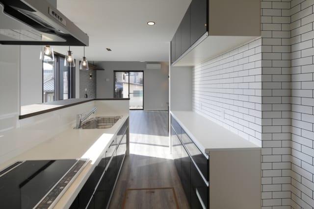 キッチンの正面には大きな窓があり、玄関ポーチも見渡せるので、お子さんの帰宅や来客にも気付けるのが安心