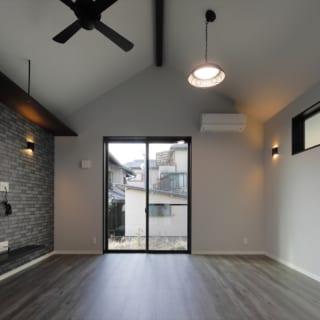 リビングは勾配を利用した高天井にして、少しでも開放感が広がるようにと配慮。テレビの壁には、植栽などを飾れるようにと吊り棚も造作した