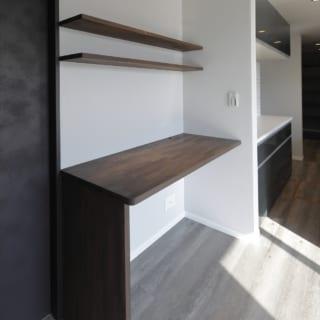 ダイニング・キッチン横のカウンターも造作。パソコンなどを使う場所として便利だからと、角野さんが提案