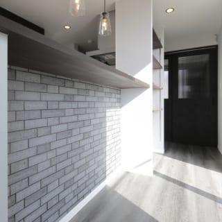 キッチンの正面には造作のカウンターを備え付けた。その横には可動棚の収納も設けている