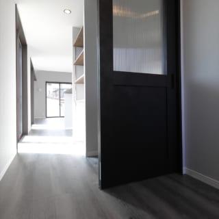 陽当たりの良いキッチン前は、玄関からリビングへと繋がる来客用の動線