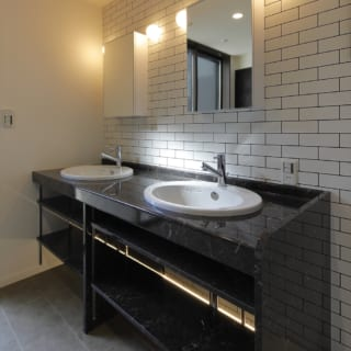 キッチン横には収納豊富なパントリーを設けた。奥に見える土間収納も床から天井までいっぱいに造作
