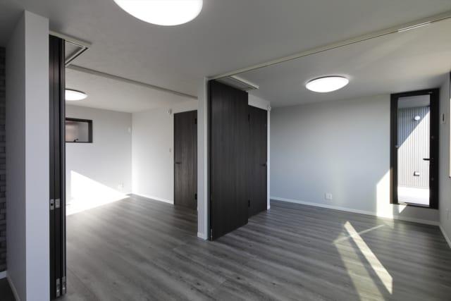 3人のお子さんのために、一つの広い空間を、可動間仕切り壁を使うことで3部屋に区切ることができる仕様にした2階の子ども部屋