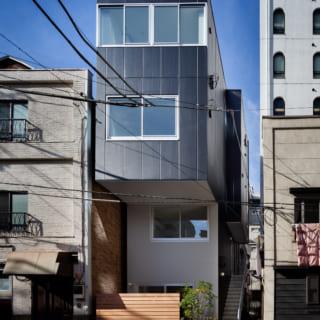 街並みに溶け込みつつも目を引く外観。下半分のボリュームを抑え、3、4階が張り出したデザインが印象的