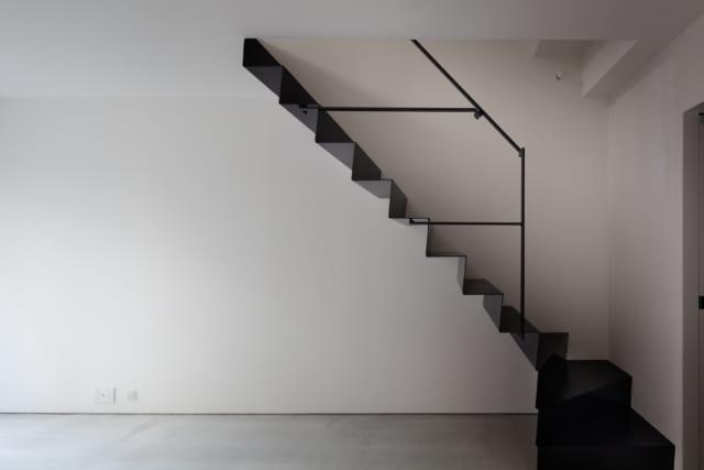叔父さま世帯の室内階段。宙に浮く踏み板、床と平行する手すりの支えなど、個性的なデザインで抜群の存在感