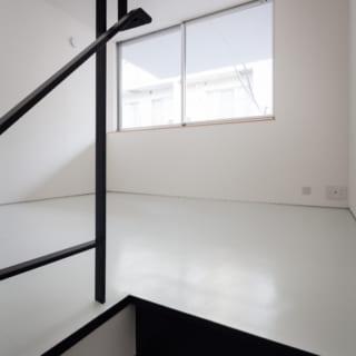 叔父さまの寝室となる2階はモノトーンのシンプルな空間。東の窓から差し込む朝日で気持ちよく目覚められる