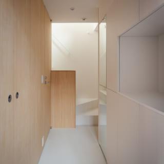 外階段を上がって入るYさま世帯の2階玄関。収納が左右にたっぷりあるのがうれしい
