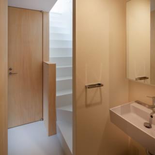 Yさま世帯は2階に水まわりを集めた。手前が洗面室で奥の扉がトイレ。室内同様、すっきりシンプルな空間
