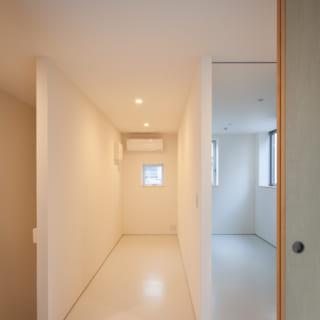 Yさま世帯の4階にある収納スペース。奥はYさまの書斎として使えるよう、エアコンや窓を設置