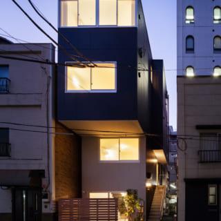 窓は階ごとに位置を変え、4階は幅一杯の窓で仕上げて表情豊かな外観となった。明かりがともる夜も美しい