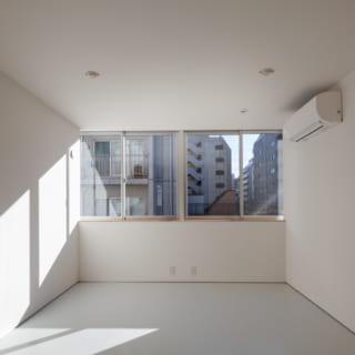 4階の道路側にある子ども室。幅一杯の開放的な窓は両脇の竪框が見えないスマートな取り付け方。この全面窓は外から見たときにも印象に残り、外観デザインのポイントの1つになっている