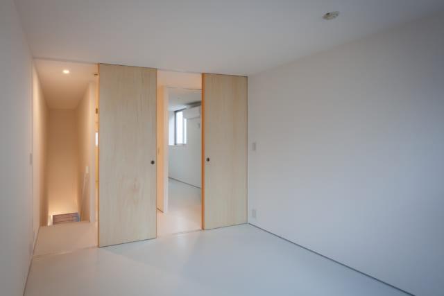 4階の子ども室から通路側を見る。出入口の引き戸は、子ども室を2室に仕切って使うこともできるよう2つ用意してある。引き戸の右奥に見えるのが主寝室。家族の距離が近く、お子さまも安心して眠れる