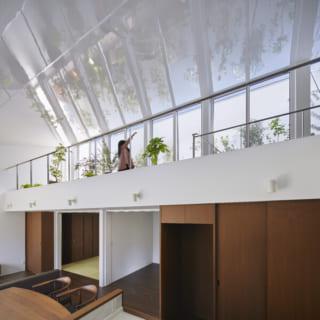 2階は吹抜け側に手すりがあるがほぼフルオープンな造りで、2階自体が大きなインナーテラスのようでもある。邸内の至るところで、天井に映ったスケール感あふれる緑を眺めることができ、「ホテルか美術館に住んでいるようで楽しいです」とHさま