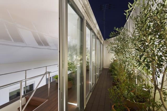 テラスは白塀で覆われプライバシー面も安心。奥さまはここではハーブを育てて普段の料理に使ったり、手もちのオリーブのつがいの木を入れて実がなるようにしたりと、緑との暮らしを満喫されているそう