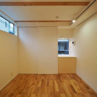 1階Mさまの個室の窓側。床はMさまセレクトのナラ材。通りに面した西側にはハイサイドライトを設け、プライバシーを守りつつ明るさを確保。奥のクローゼットの脇の出窓は、上部にエアコンを設置できるようにしている
