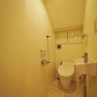 1階トイレ。階段下にあるため階段の位置を調整し、圧迫感が出ないように工夫した